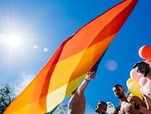 跳舞卡车的同性恋自豪日人LGBT人有彩虹旗子的 免版税图库摄影