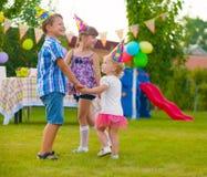 跳舞反复的小调的三个小孩 免版税库存照片
