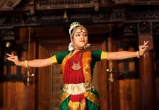 跳舞古典传统印地安舞蹈Bharat Na的印地安女孩 库存照片