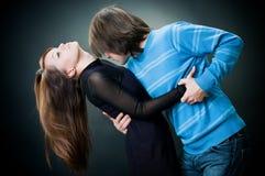 跳舞可爱的年轻人的夫妇 免版税库存照片