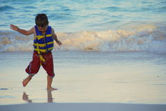 跳舞含沙热带的海滩男孩 免版税图库摄影