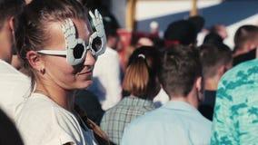 跳舞和亲吻人的滑稽的太阳镜的女孩 股票录像
