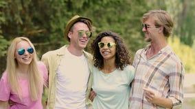 跳舞和唱歌在公园,朋友的精力充沛的青年人获得乐趣户外 股票视频