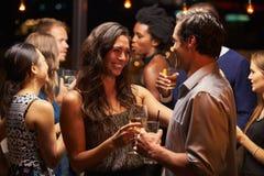跳舞和喝在晚会的夫妇 免版税库存图片