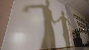 跳舞和排练在服装的男人和妇女的阴影拉丁美洲的舞蹈 图库摄影