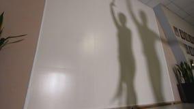 跳舞和排练在服装的男人和妇女的阴影拉丁美洲的舞蹈 库存照片