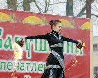 跳舞和特技与火 库存图片