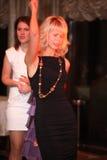 跳舞和集会在夜总会的人们 库存照片
