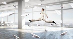 跳舞商人在办公室 免版税图库摄影