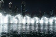 跳舞喷泉在迪拜 免版税库存图片