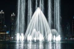 跳舞喷泉在迪拜 免版税图库摄影
