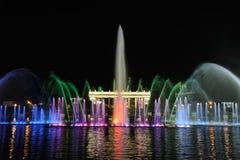 跳舞喷泉的五颜六色的光在高尔基公园 库存图片