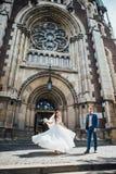 跳舞在一个哥特式教会的背景的新娘 图库摄影