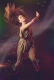 跳舞在与光r的黑暗的背景的美丽的妇女舞蹈家 库存图片