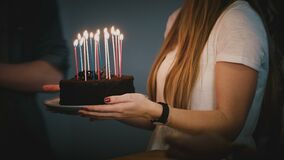 跳舞在与蜡烛的生日蛋糕附近的人们 朋友一起庆祝 白色衬衣的女孩拿着一个饼 当事人 4K 股票录像