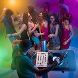 跳舞在与dj的当事人的青年人 免版税库存照片