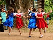 跳舞在他们的村庄周年的地方村庄孩子  免版税图库摄影