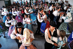 跳舞在传统斯洛伐克衣裳的舞蹈家 库存图片