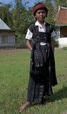 跳舞在传统衣裳弗洛勒斯印度尼西亚的战士 免版税库存照片