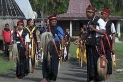 跳舞在传统衣裳弗洛勒斯印度尼西亚 免版税库存图片