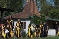 跳舞在传统衣裳弗洛勒斯印度尼西亚 免版税图库摄影