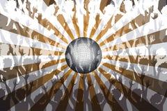 跳舞在俱乐部的人们在迪斯科球下 免版税库存图片