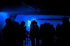 跳舞在俱乐部的人们 免版税库存图片