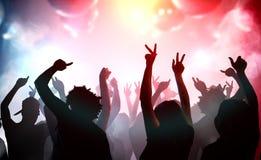 跳舞在俱乐部的青年人剪影  迪斯科和党概念 免版税库存照片