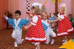 跳舞在儿童的假日的两个夫妇孩子 免版税图库摄影