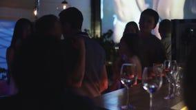 跳舞在党的青年人在夜总会在酒吧停留演出地 节假日 玻璃 股票视频