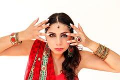 跳舞在全国礼服的妇女印地安舞蹈 免版税图库摄影