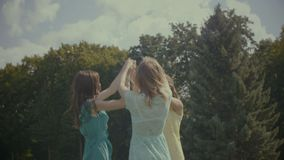 跳舞在圈子的快乐的女性朋友户外 股票视频