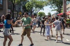 跳舞在圣劳伦特街道上的人 免版税库存照片