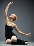 跳舞在地板跳芭蕾舞者用她的手 免版税图库摄影