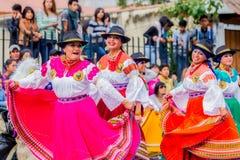 跳舞在城市街道上的土产妇女 免版税库存图片