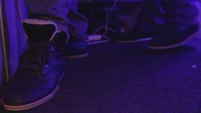 跳舞在夜总会的男性脚特写镜头视图  当事人 放松的大气 影视素材