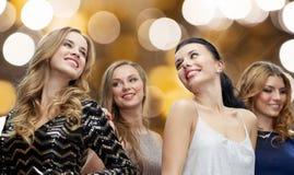 跳舞在夜总会迪斯科的愉快的少妇 免版税库存照片
