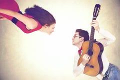 跳舞在天空中的夫妇对一首浪漫小夜曲的声音 免版税库存图片