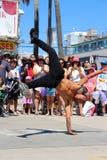 跳舞在威尼斯海滩加利福尼亚的街道乘员组 免版税库存照片