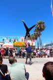 跳舞在威尼斯海滩加利福尼亚的街道乘员组 库存照片