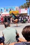跳舞在威尼斯海滩加利福尼亚的街道乘员组 图库摄影