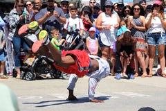 跳舞在威尼斯海滩加利福尼亚的街道乘员组 免版税库存图片