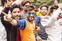 跳舞在婚礼聚会的年轻印地安人 免版税库存图片