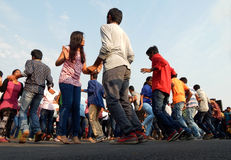 跳舞在开放路事件的印地安青年人 图库摄影