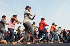 跳舞在开放路事件的印地安青年人 免版税库存照片