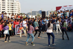跳舞在开放路事件的印地安青年人 库存照片