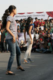 跳舞在开放路事件的印地安青年人 免版税图库摄影