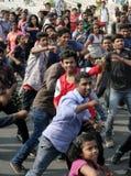 跳舞在开放路事件的印地安青年人 免版税库存图片