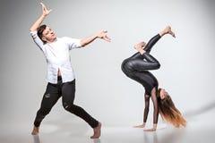 跳舞在当代窗框的两个人 免版税库存照片