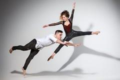 跳舞在当代窗框的两个人 免版税图库摄影